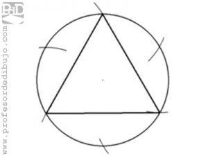 Como dibujar un triángulo inscrito en una circunferencia.